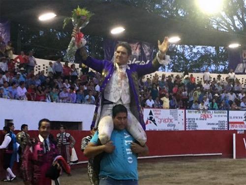 Santos sale a hombros en Villa Purificación
