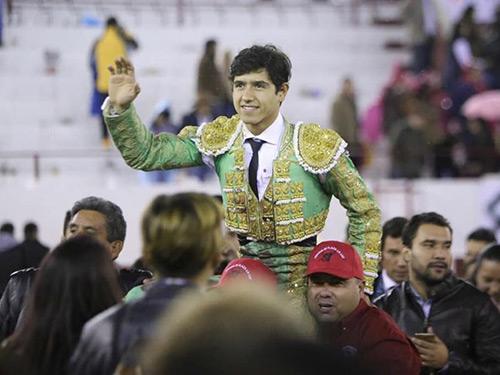 Luis David Adame corta sendas orejas en León