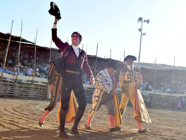 Hermoso y Joselito cortan oreja en La Petatera