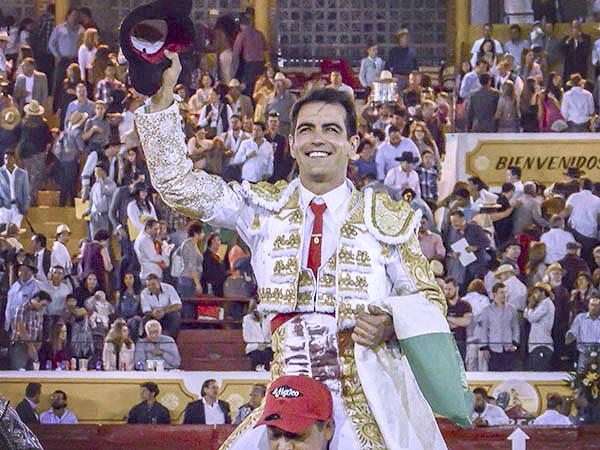 Arturo Macías sale a hombros en Jalostotitlán