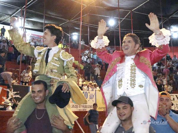 El Capea y Rodrigo Santos, a hombros en Cihuatlán