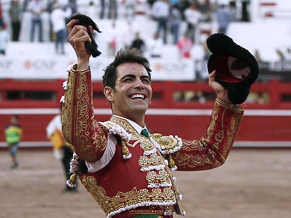 Arturo Macías pasea una oreja en MTY