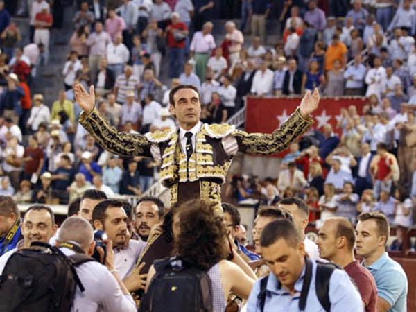 Enrique Ponce abre la Puerta Grande de Madrid