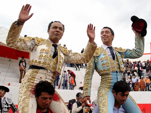 Angelino y Flores salen a hombros en Atltzayanca