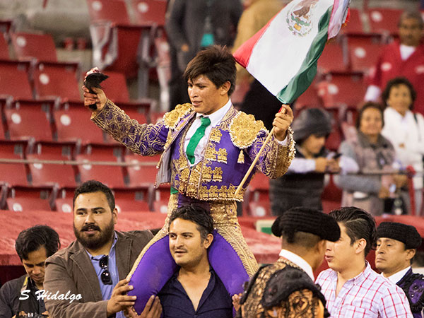 Roberto Román, a hombros en la México