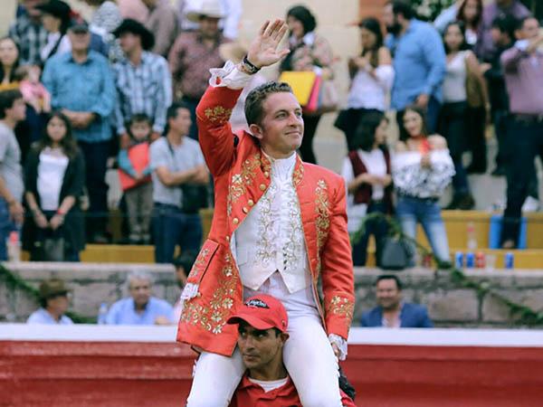 Hernández Gárate corta tres orejas en San Miguel