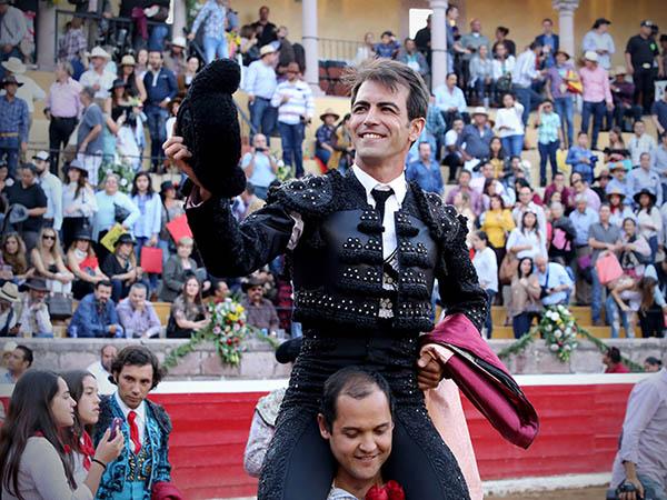 Macías sale a hombros en San Miguel El Alto