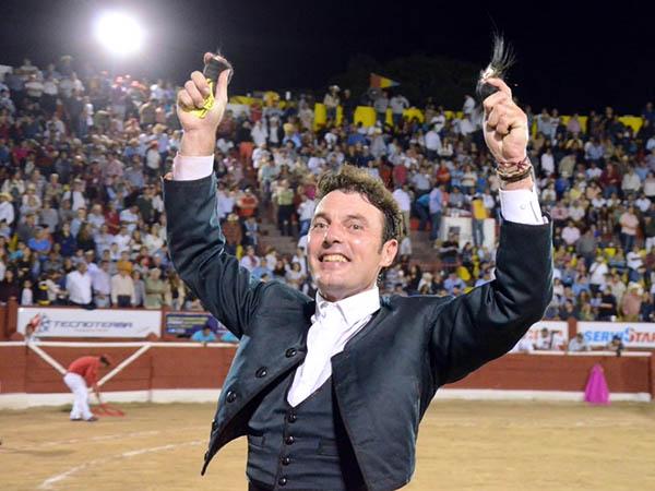 Andy Cartagena, a hombros en Mérida