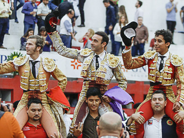 Todos salen a hombros en Monterrey