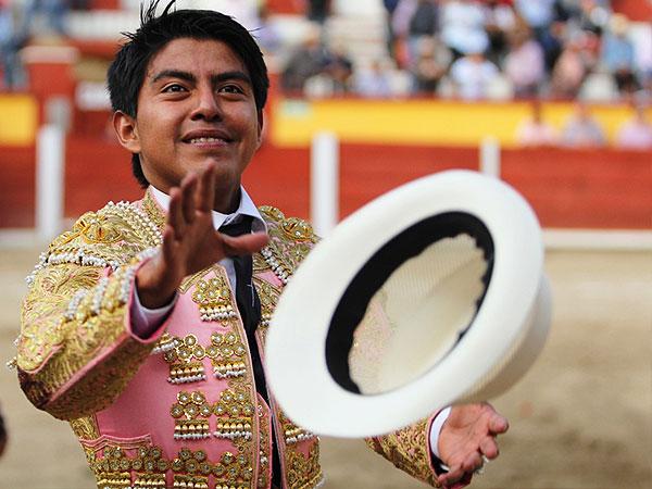 Angelino y El Mojito cortan oreja en Tlaxcala