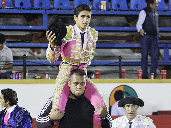 Héctor Gutiérrez sale a hombros en Puebla