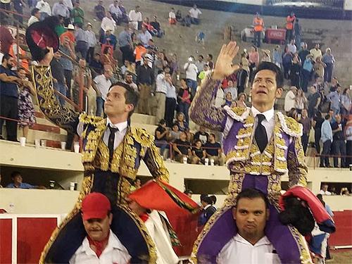 El Zapata y El Chihuahua, a hombros en Juárez
