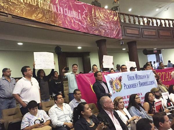 Se manifiestan taurinos en Congreso de Coahuila