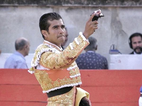 Joselito Adame corta una oreja en Nimes
