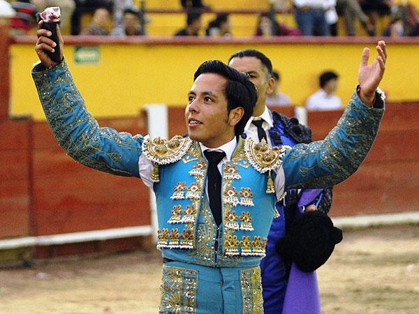 José de Alejandría corta una oreja en TLAX