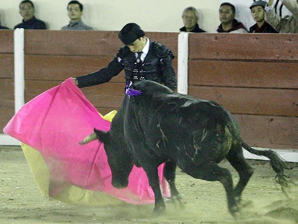 Alberto Ortega corta una oreja en TLAX