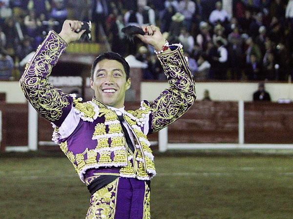 Sergio Flores corta dos orejas en Tlaxcala