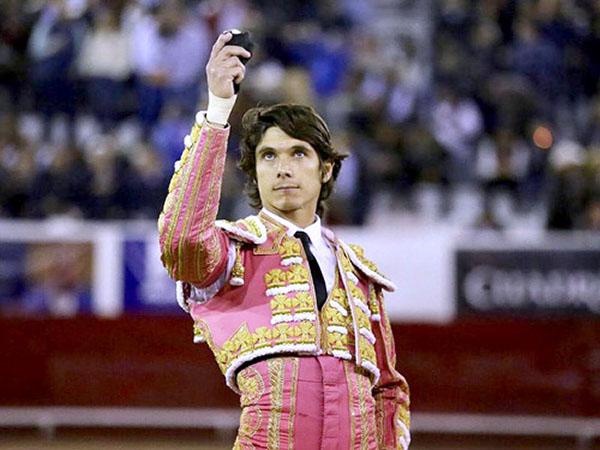 Sebastián Castella corta una oreja en León