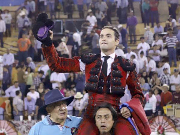 Juan Pablo sale a hombros en Autlán