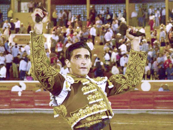 Arturo de Alba triunfa en su alternativa