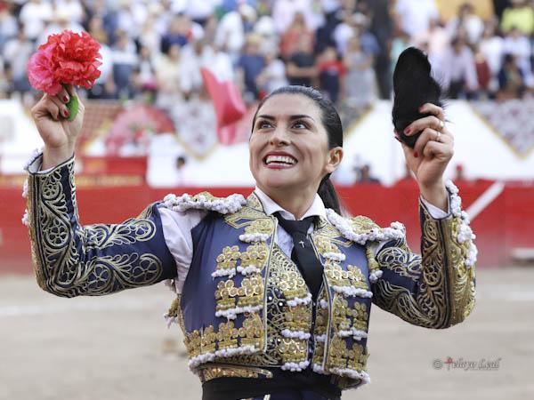 Lupita López corta una oreja en Autlán