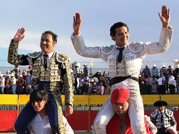 Los Angelino, a hombros en Lázaro Cardenas
