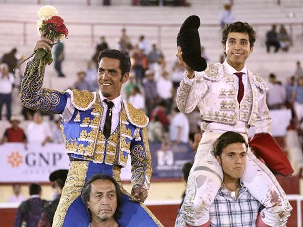 Garibay y Leo, a hombros en Irapuato