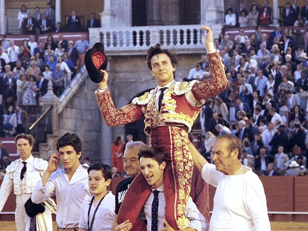 Roca Rey sale a hombros en Sevilla