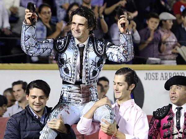 El Galo sale a hombros en Puebla