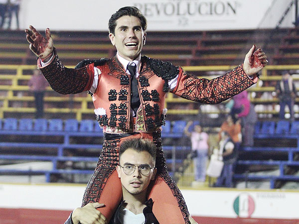 Lorenzo Garza sale a hombros en Puebla