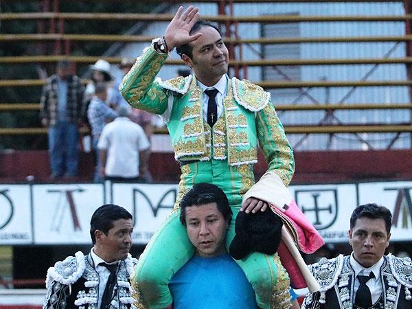 Angelino sale a hombros en Xico