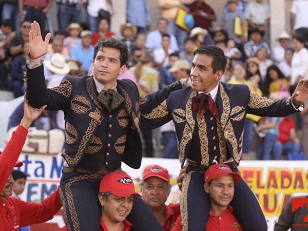 Salen a hombros en Santa María del Río
