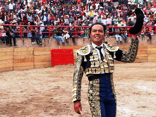Angelino corta una oreja en Ixtacamaxtitlán