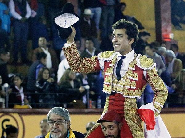 Leo Valadez, a hombros en Tlaxcala