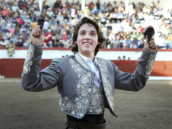 Tarik Othón corta tres orejas en Jiquilpan
