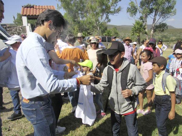 Martínez invita 50 niños a conocer el campo bravo