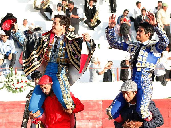Salen a hombros en Emiliano Zapata
