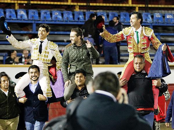 Comparten salida a hombros en Puebla