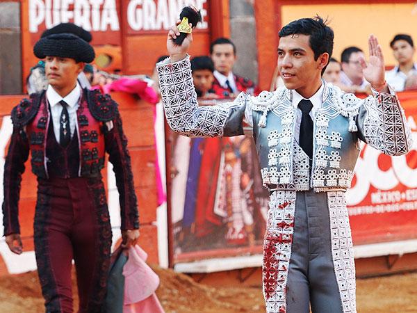 Palomo y Corona cortan oreja en Tlaxcala