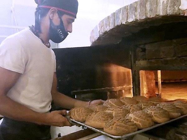 Luis David muestra el oficio de panadero