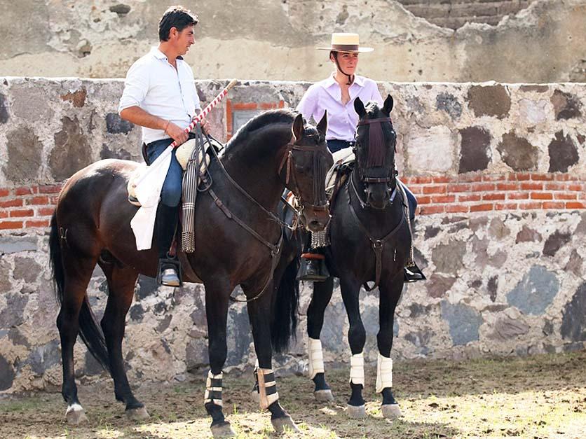 Ensayan el toreo a caballo en Juan Huerta
