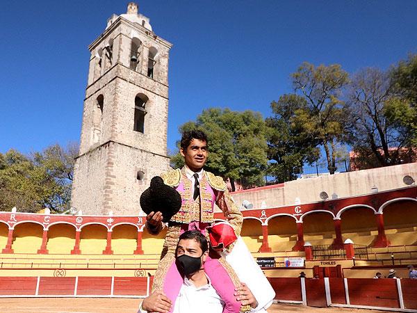 Alejandro Adame sale a hombros en Tlaxcala