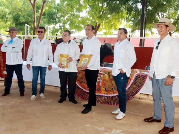 Presentan el libro de la plaza de Mérida