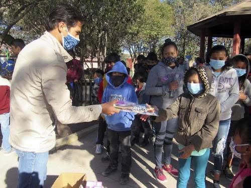 Francisco Martínez regala 350 juguetes