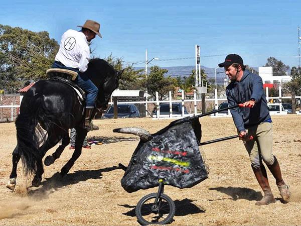 Jorge Hernández imparte curso de equitación