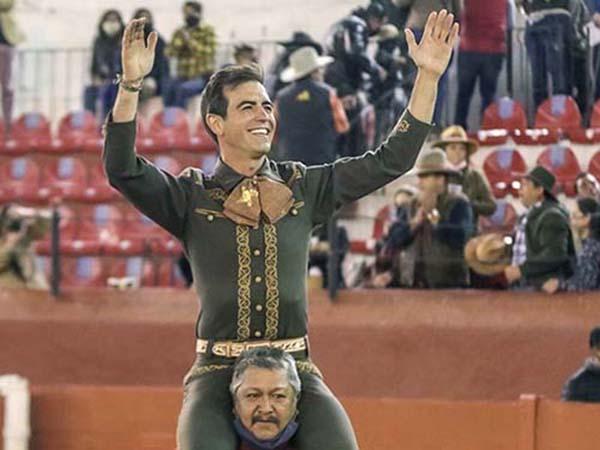 Arturo Macías sale en hombros en Pachuca