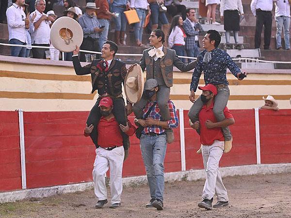 Salen a hombros en el festival de La Chona