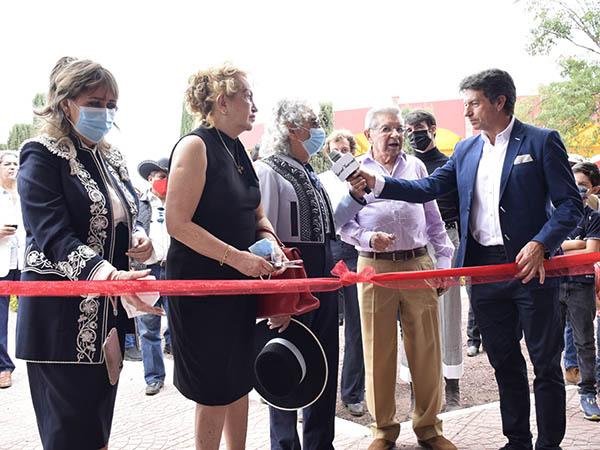 "Inauguran la ""Feria del vestido de luces"""