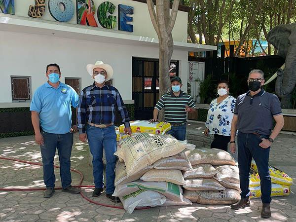 Taurinos donan alimento en Zoológico de Juárez
