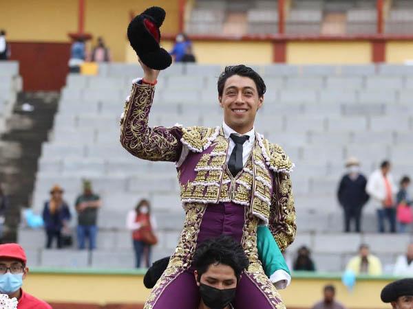 Sergio Flores sale a hombros en Apizaco